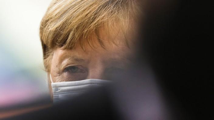 Corona in Deutschland: Angela Merkel trifft im Bundestag ein