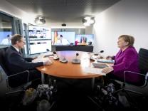Corona in Deutschland: Angela Merkel und Michael Müller bei einer Bund-Länder-Videokonferenz