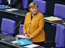 Bundeskanzlerin Angela Merkel am 24.3.2021 Bundeskanzlerin Angela Merkel am 24.3.2021 stehend und lachend Berlin Bundest