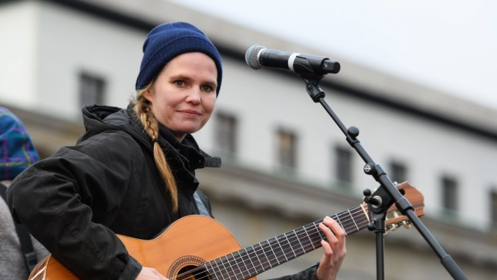 133/ Dota: Dota Kehr spielt live auf der FridaysForFuture-Demo NeustartKlima am Brandenbrurger Tor, Berlin, 29.11.19, Sa