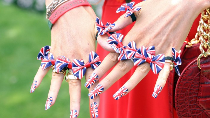 23 06 2017 Royal Ascot Windsor GBR GROSSBRITANNIEN Fashion nails of a woman in the national c