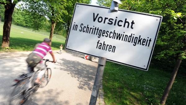 Warnschild für Radfahrer im Münchner Westpark, 2011