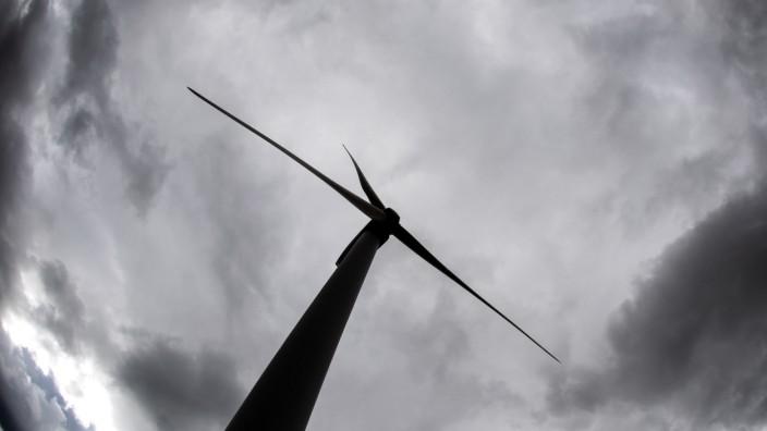 Graue Wolken über einem Windrad