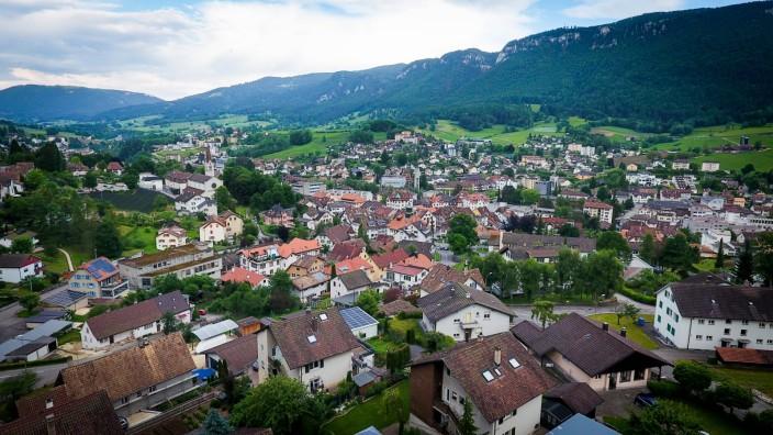 Blick auf die Stadt Moutier, Schweiz