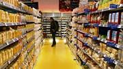 Öko-Kette Basic: Käufer in Münchner Basic-Filiale: Die Krise bei der Biomarkt-Kette begann, als der Discounter Lidl ins Spiel kam. Diese Kooperation wollte ein Teil der Stammkunden nicht dulden.
