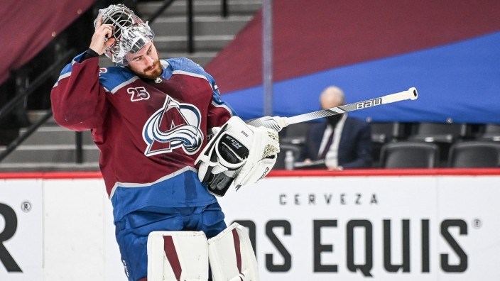 DENVER, CO - JANUARY 13: Colorado Avalanche goaltender Philipp Grubauer (31) takes his helmet off during a break in the; Eishockey