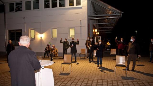 Nominierung in Hohenlinden: Wegen des Infektionsschutzes war Abstand angesagt, auch beim Einsammeln der Wahlzettel.