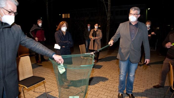 Nominierung in Hohenlinden: Im wahrsten Sinne auf Stimmenfang ging FW-Bundestagskandidatin Birgit Obermaier am Donnerstagabend in Hohenlinden.