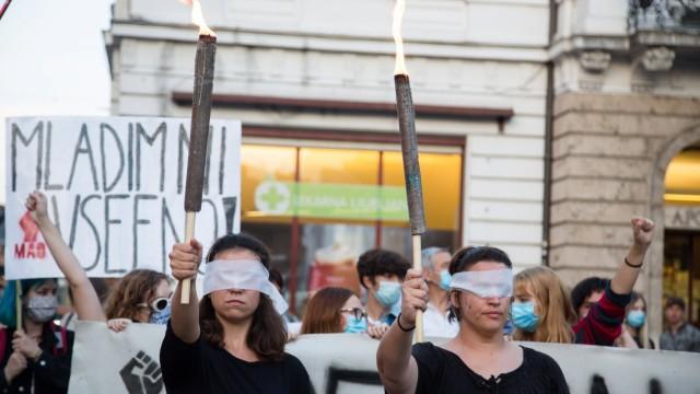 News Bilder des Tages September 11, 2020, Ljubljana, Slovenia: Blindfolded protesters hold up torches during an anti-gov