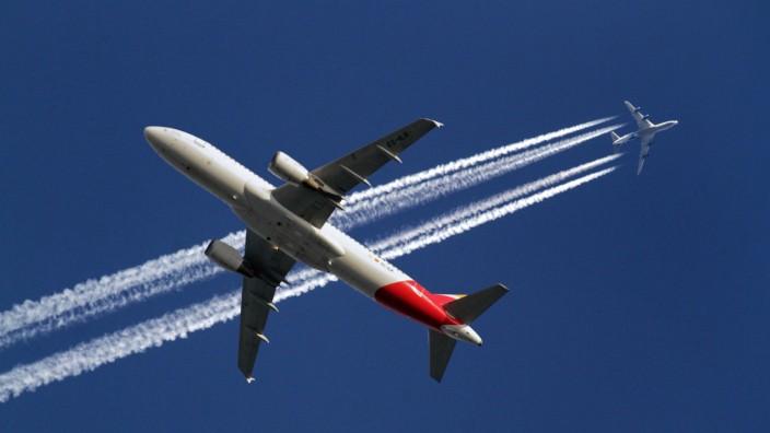 Flugzeuge am Himmel Flugzeuge am Himmel in unterschiedlicher Höhe mit und ohne Kondensstreifen ***