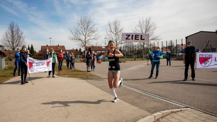 ALLING:  Zieleinlauf bei Benefiz 50-Kilometer-Distanz Ultralaufs