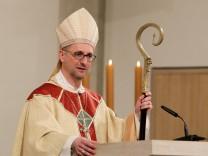 In einem Gottesdienst im Hamburger St Marien Dom ist der Koelner Generalvikar Stefan Hesse Heße 4
