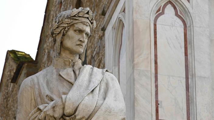 """700. Todestag Dantes: """"In der Mitte unseres Lebensweges kam ich zu mir in einem dunklen Wald. Der rechte Weg war da verfehlt."""" - Dante auf der Piazza Santa Croce in Florenz."""