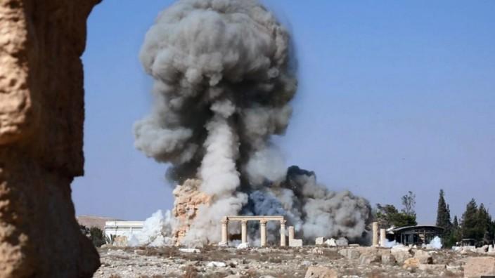 """Hermann Parzingers Buch """"Verdammt und vernichtet"""": Zerstörung des berühmten Baal-Tempels, seit 1980 Teil des UNESCO-Weltkulturerbes, durch den IS im syrischen Palmyra im August 2015."""