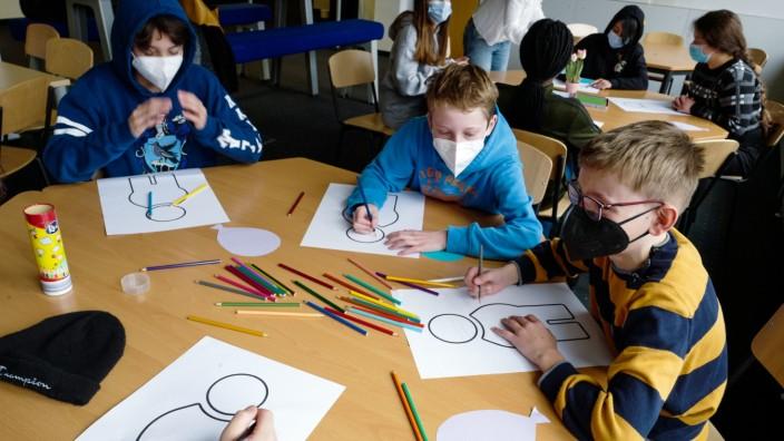 Trudering: Familie und Freunde sind den Teenagern besonders wichtig, wie sich im Unterricht von Schulleiterin Marina Usow zeigt
