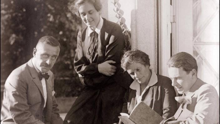 Famille de Thomas Mann ses enfants Erika et Klaus Mann et sa femme devant leur maison en 1931