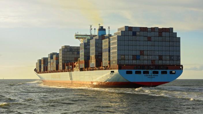 Containerschiff faehrt durch die Elbmuendung Deutschland Niedersachsen Cuxhaven cargo ship in the