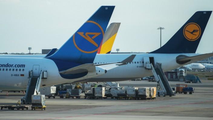 Flugzeuge auf dem Flughafengelaende, Feature, allgemein, Randmotiv, Lufthansa, Condor, Frankfurt Airport, Flughafengelae