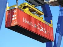 Nahaufnahme von der Verschiffung eines Containers (Mannheim, Baden-Württemberg) *** Close-up of the shipment of a contai