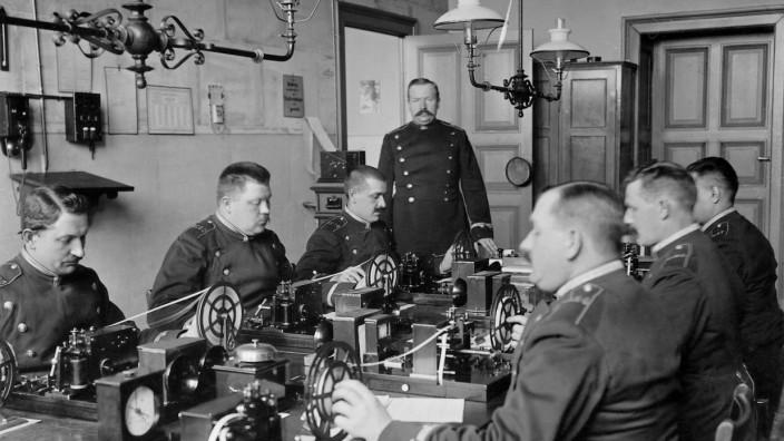 Polizisten lernen das Telegraphieren, 1911