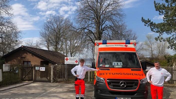 Bayerisches Rotes Kreuz: Vor dem BRK Heim Herrsching, übergangsweise der neue Standort der Rettungswache Herrsching: links Felix Schiller, Rettungssanitäter - rechts Hermann Tost, Rettungsassistent.