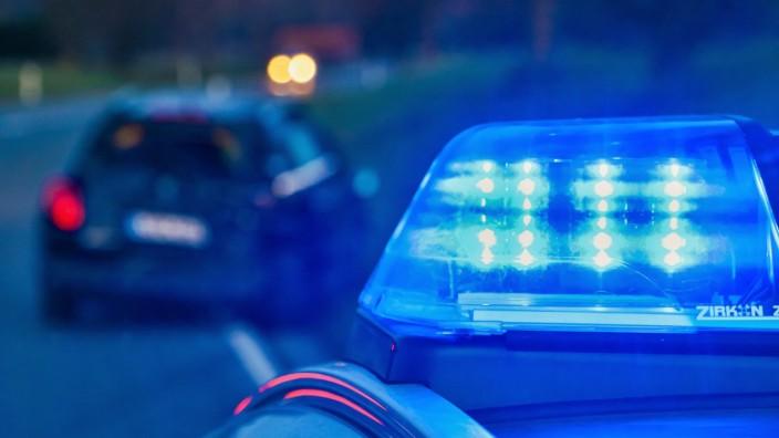 Feature Motive rund um die Polizei. 24.03.2021: Symbolbild ein Blaulicht eines Einsatzfahrzeuges leuchtet, davor unschar