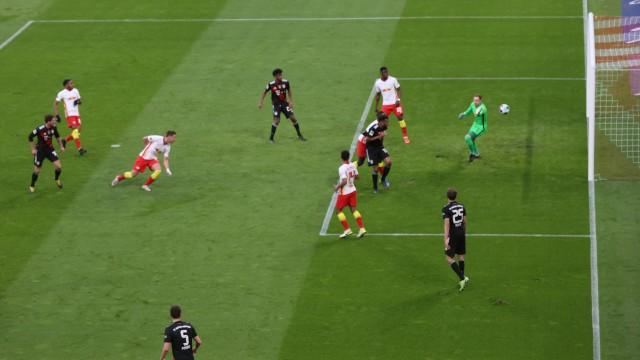 FC Bayern: Die Szene, die den Unterschied macht: Leon Goretzka (links) verwandelt eine Rücklage von Thomas Müller (rechts vorne) zum 1:0 für die Münchner.