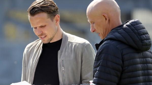 v.li.: Vorstand Sebastian Schuppan (FC Würzburger Kickers), Trainer Ralf Santelli (FC Würzburger Kickers), 04.04.2021, S
