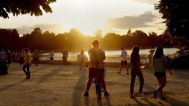 People at the shore of the pond. El Retiro Park, Madrid. Madrid Madrid Spain Copyright: xArturoxRosasx ARM-XA2968