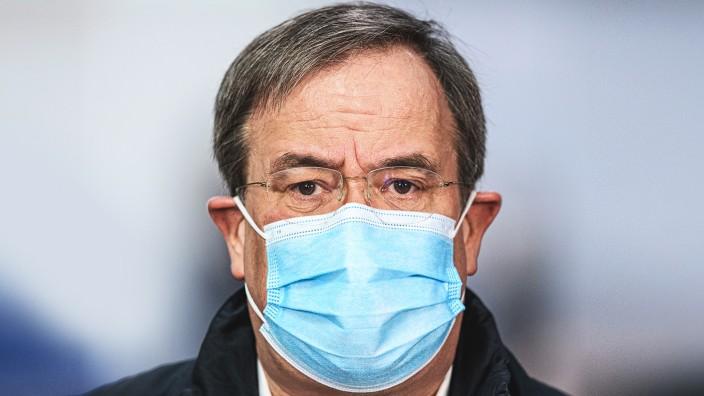 Corona in Deutschland: CDU-Chef Armin Laschet besucht in Aachen ein Impfzentrum