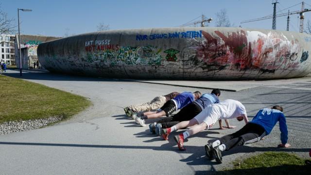 Jugendarbeit: Wer kann den Unterarmstütz am längsten halten? Darum geht es bei der Plank Challenge.