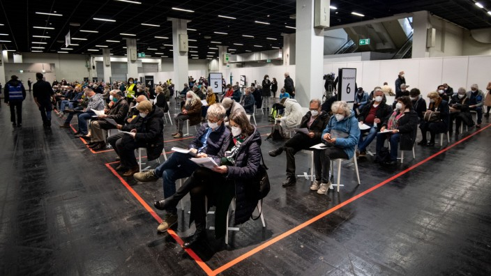 Corona-Impfung: Menschen warten in einem Impfzentrum in Köln