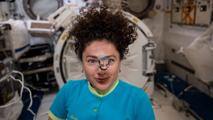 Internationale Raumstation ISS NASA astronaut and Expedition 62 Flight Engineer Jessica Meir observes a floating sphere