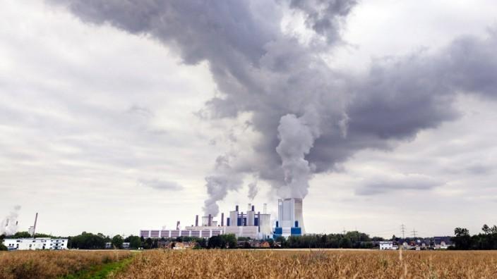 Das Kraftwerk Niederaußem von RWE. Niederaußem, 19.07.2020 *** The Niederaussem power plant of RWE Niederaussem, 19 07 2
