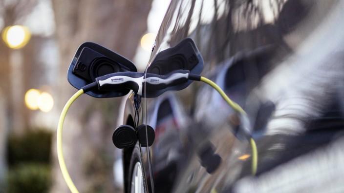 Ein Elektroauto von VW lädt an einer Zapfsäule für Strom. (Themenbild, Symbolbild) Köln, 02.03.2021 *** An electric car