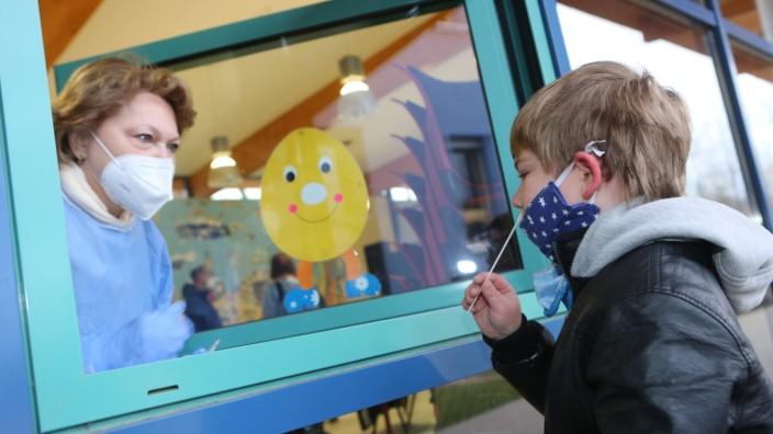 Coronavirus in Deutschland: Schnelltest an einer Schule in Halberstadt