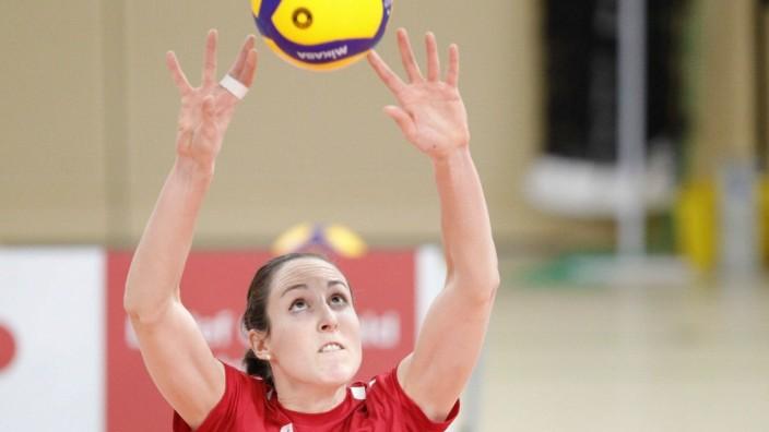 Deutschland - Wiesbaden - 13.02.2021 / Volleyball - Hessen - 1. Bundesliga - Frauen Saison 2020/2021 / VC Wiesbaden (bl; Volleyball - Frauen -  Rote Raben Vilsbiburg (rot) / v.l. Lena Hartl