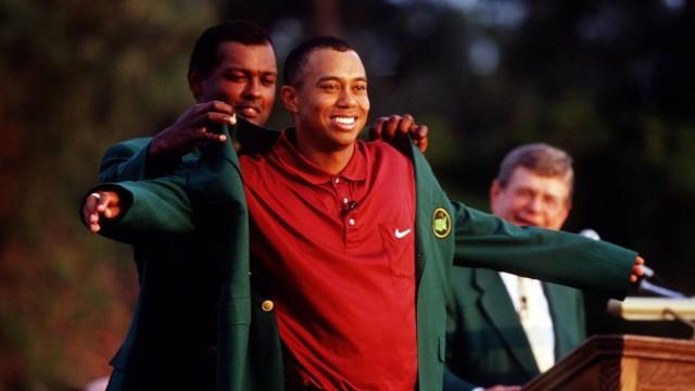 Golf - The Masters 2001 Vijay Singh hilft Tiger Woods ins Green jacket , Augusta Georgia U S A *** Golf The Masters 200; imago 0031576320