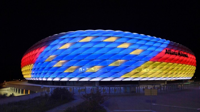 Sonderbeleuchtung der ALLIANZ ARENA. Der FC Bayern Muenchen und die Bundesliga unterstuetzen die Bewerbung um die Ausri