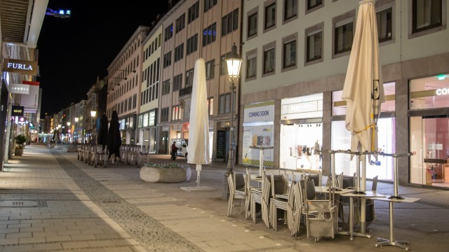 Coronavirus in München: Szenen am Abend, Die Münchner Innenstadt und Fußgängerzone ist am Abend / Nacht des 24.3.2021 z