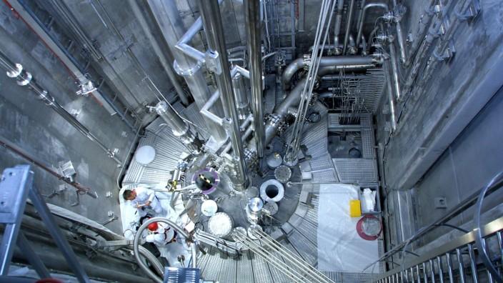 Atomforscher im Reaktorbecken mit Experimentierbereich des neuen Garchinger Forschungsreaktors FRM I