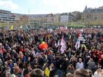 Querdenker-Großdemo in Stuttgart. Das Motto der Demo lautete Grundrechte sind nicht verhandelbar *** Querdenker Großdem