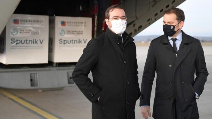 Am 1. März hatte der damalige Premier Igor Matovič (r.) die erste Lieferung Sputnik V in Empfang genommen. Nun soll die Slowakei den Impfstoff zurücksenden.