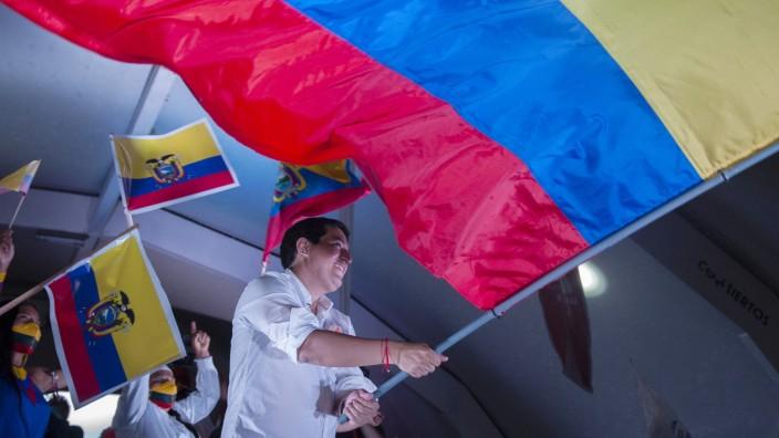 Andrés Arauz, linker Präsidentschaftskandidat in Ecuador, schwenkt zum Abschluss seines Wahlkampfs die ganz große Fahne.