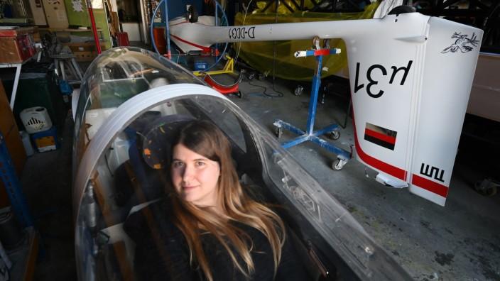 Tesa Weigelt arbeitet an einem Flugzeug bei der TU in Garching