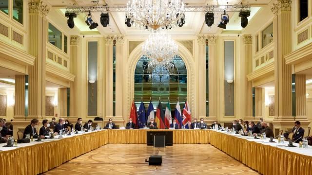 Atomgespräche unter Kristalllüstern: Europäer und Iraner bei den Verhandlungen in einem Wiener Ballsaal. Die US-Delegation ist etwa 200 Schritte weiter untergebracht.