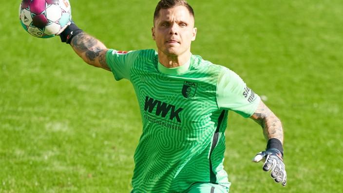 Fussball 1.German Soccer League FC AUGSBURG - BAYER 04 LEVERKUSEN 1-1 Rafal GIKIEWICZ, goalkeeper FCA 1 Abwurf des Balle