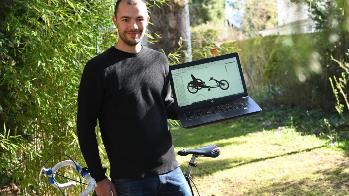 Emil Wörgötter mit der Konstruktionszeichnung des BikAble.