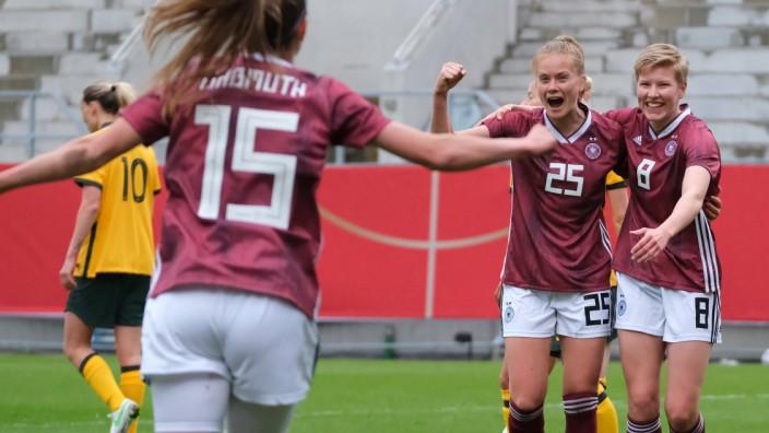 Sjoeke Nuesken (Deutschland, 25) bejubelt ihren Treffer zum 1-0 mit Paulina Krumbiegel (Deutschland, 8) und Tabea Wassmu