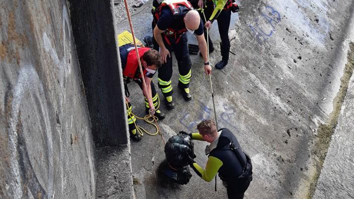 2021; Feuerwehr München zieht Kini-Büste aus der Isar